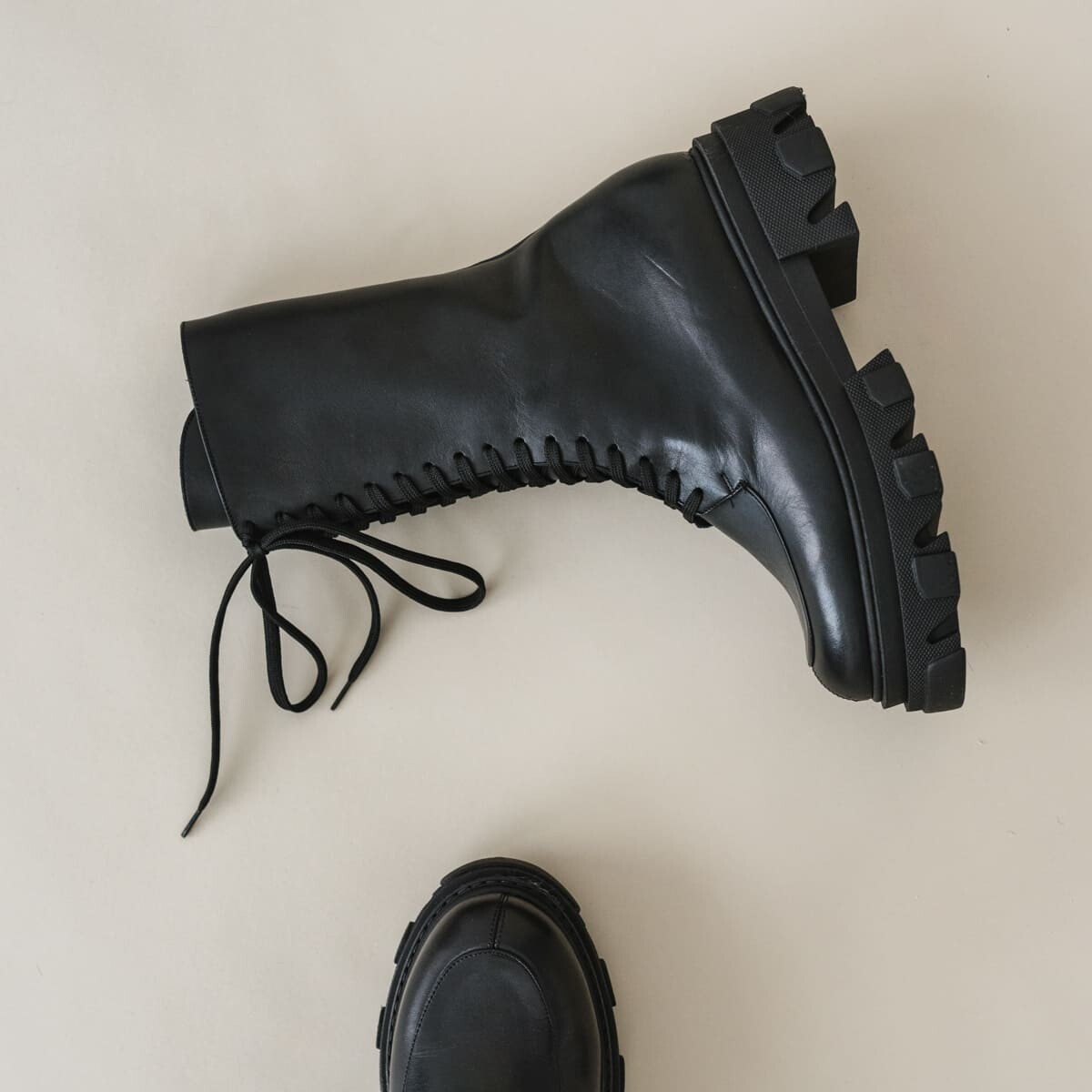Lace-up boots with toothed sole in black leather