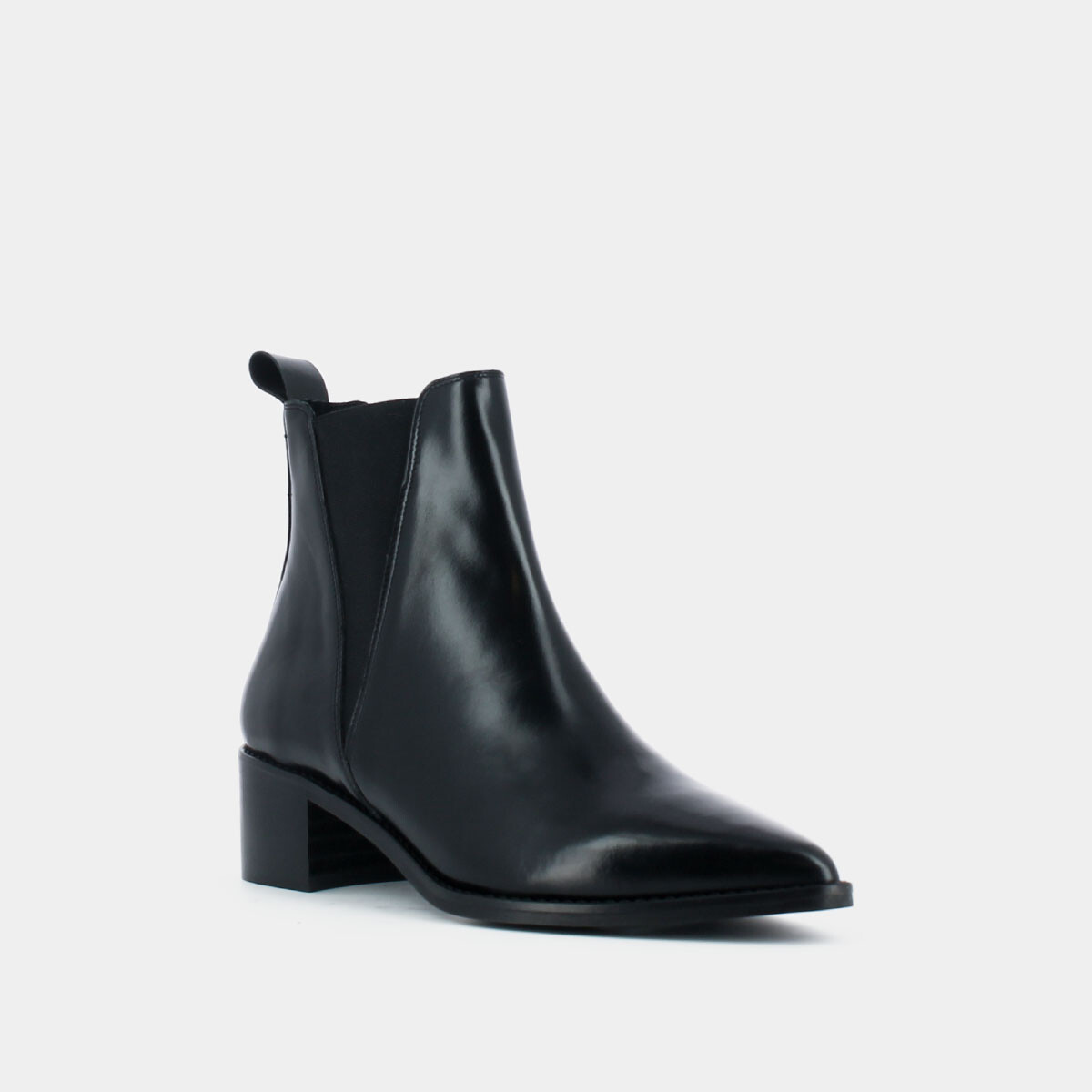 Heeled boots with pointed toe in black leather