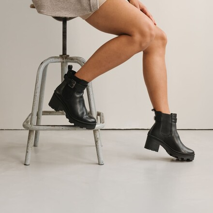 Boot with buckle and toothed sole in black leather