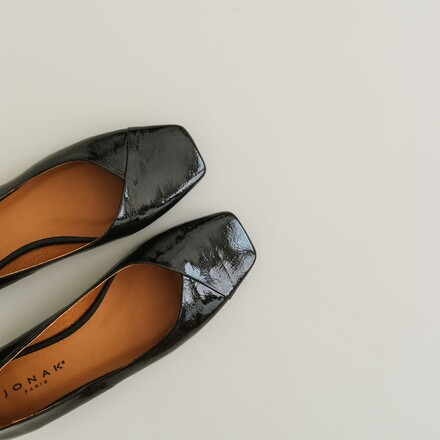Ballet flats with squared details in black patent leather