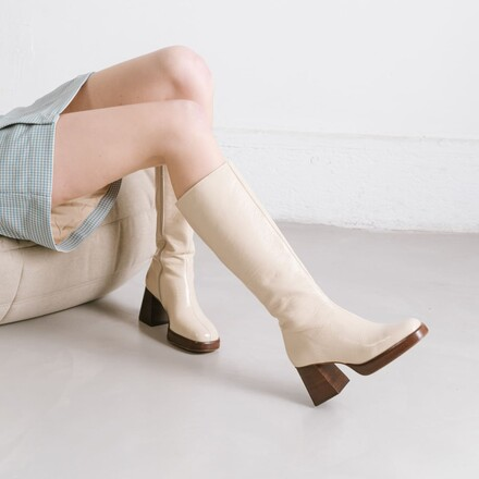 Platform boots in beige patent leather