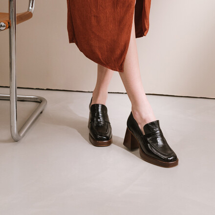Heeled loafers in black leather