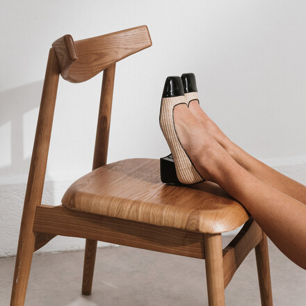 Heeled ballerinas with square toe in beige raphia and black patent leather